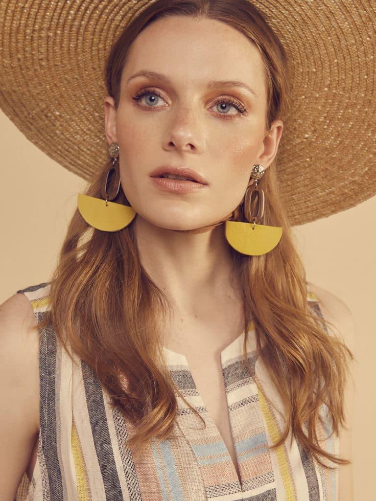 Femme blonde vêtu d'un chapeau avec un maquillage d'été