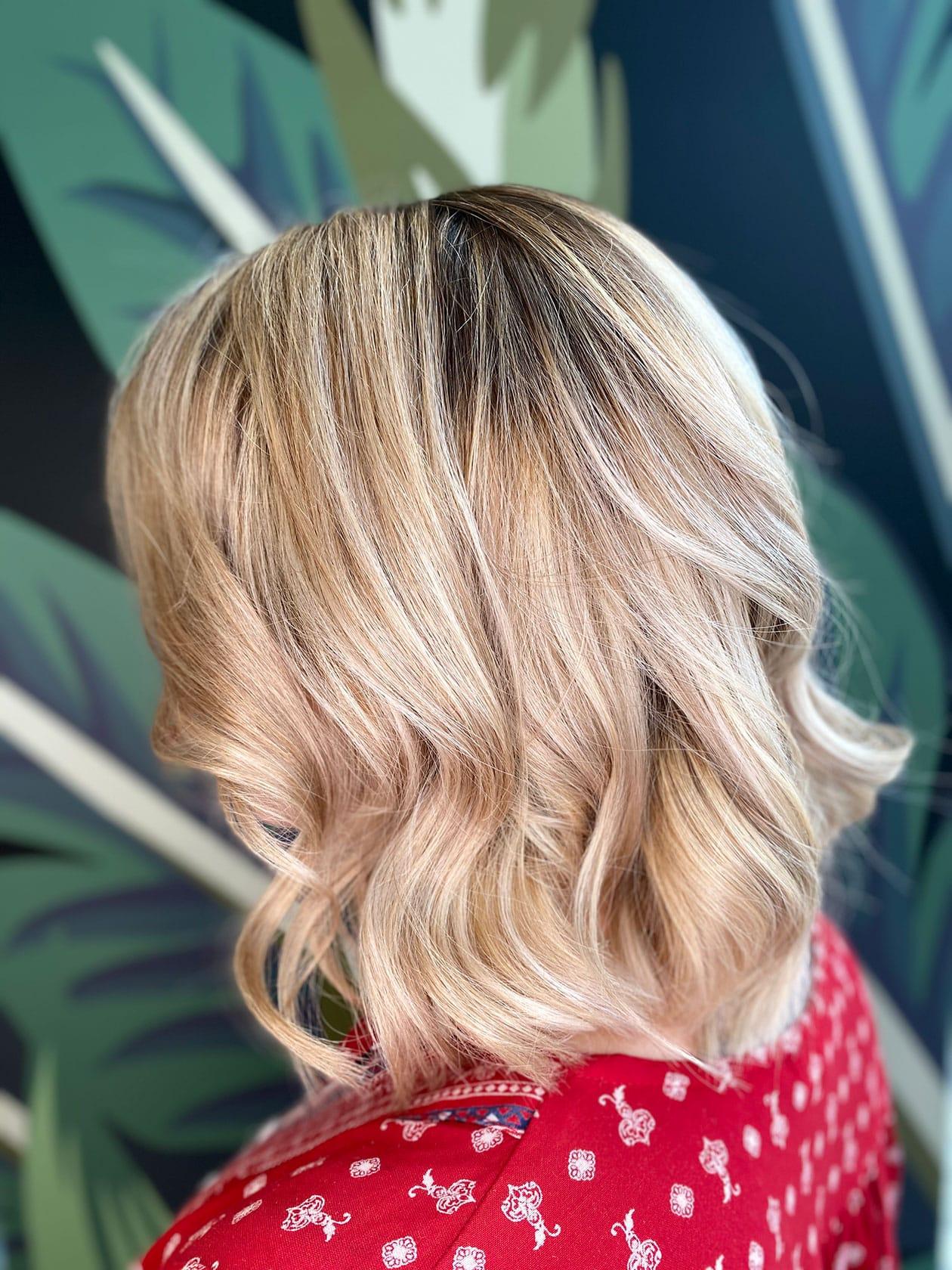 Femme blonde avec un wavy réalisé à Maison Bis Nantes