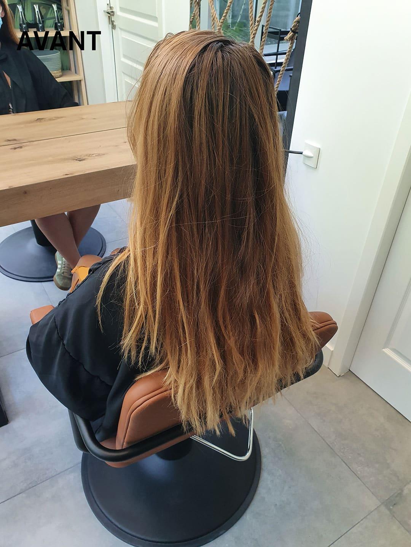 Une femme sur un siège de coiffure à Maison Bis Nantes avant un balayage.