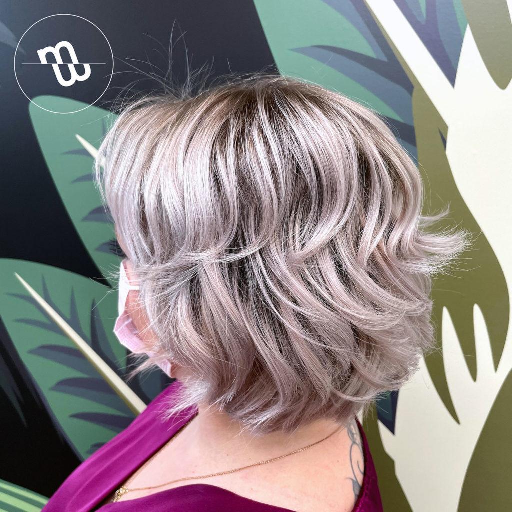 Femme de profil avec une coupe carré courte wavy blond polaire