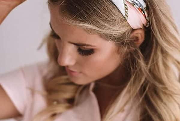 Une femme blonde cheveux long avec un foulard dans les cheveux